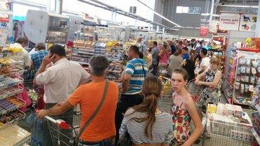 Жители сметают с прилавков продукты и пресную воду - фото 1