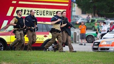 Полиция оцепила место стрельбы, но напавший на торговый центр сбежал. - фото 1