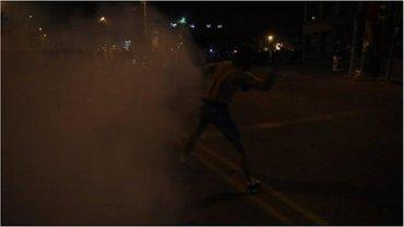 Протестующие начали бросать в полицию камни, начались столкновения. - фото 1