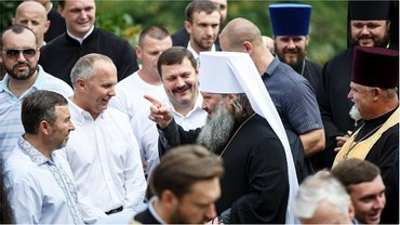 Нестор Шуфрич и Вадим Новинский пришли поучаствовать в крестном ходе. - фото 1