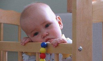 Ребенка запихнули в клетчатую сумку и спрятали под сидениями - фото 1