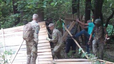 Бійці разом із місцевими не лишили від будмайданчику майже нічого - фото 1