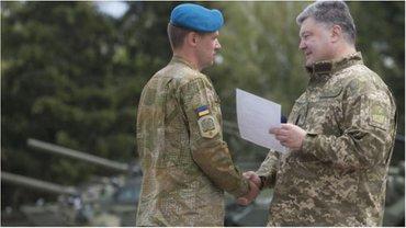 Петр Порошенко вручил украинским десантникам ключи от квартир - фото 1