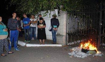 Местные жители жгли шины и призывали штурмовать отделение полиции - фото 1