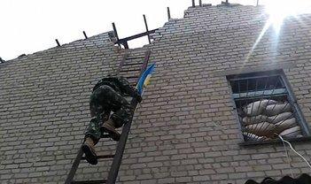 Десантники устанавливают флаг Украины на одном из участков промзоны - фото 1