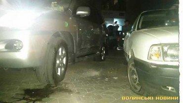 Из-за взрыва пострадали пять автомобилей. - фото 1