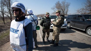 Вооруженный боевик не пропустил наблюдателей ОБСЕ на оккупированные территории - фото 1
