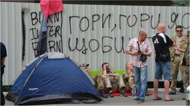 Протестующие поставили палатки - фото 1