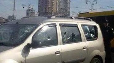 Неизвестные несколько раз выстрелили по припаркованному автомобилю - фото 1