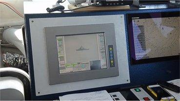 Катера окружили российский корабль и оттиснули его вглубь моря  - фото 1