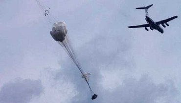 Бронемашина выпала из самолета без парашюта - фото 1