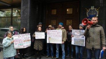 Протестующие требуют налодить арест на стройку на Геров Днепра в Киеве - фото 1