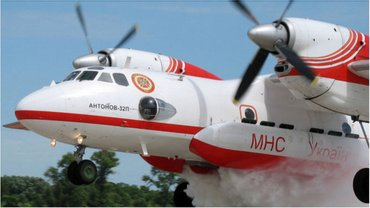 Тем временем украинские самолеты продолжают тушить пожары - фото 1