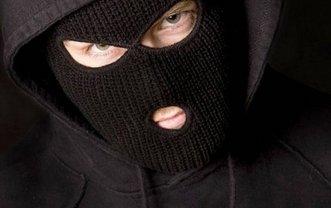 Двое неизвестных ограбили отделение почты в Запорожье - фото 1