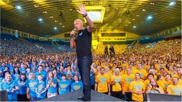 """Люди в футболках """"Возрождения"""" заполонили Киев этим летом - фото 1"""