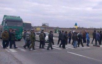 Около 50 человек перекрыли трассу Киев-Харьков на час - фото 1
