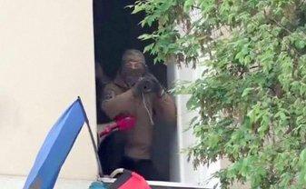 Из-за этого мужчины с гранатометом стражи порядка пошли на штурм офиса ОУН - фото 1