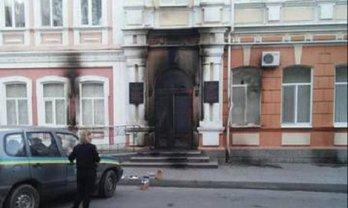 Ночью неизвестные пытались поджечь Мелитопольский горсовет - фото 1