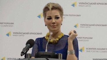 """Максакова появилась на презентации с """"патриотичным"""" маникюром - фото 1"""