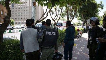Вокруг здания собрали отряды полиции - фото 1