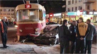 Автомобиль на скорости влетел в трамвай - фото 1