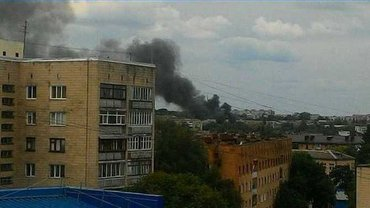Спасатели борются с огнем на территории воинской части - фото 1