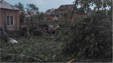Смерч в Кривом Роге посносил крыши и повалил деревья - фото 1