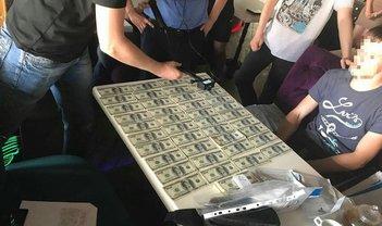 Мужчину задержали при получении 20 тысяч долларов - фото 1