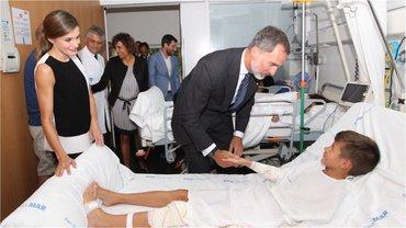 Королева Летиция и король Испании Фелипе навестили пострадавших от теракта в Барселоне - фото 1