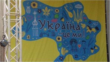 Сцену Броваров ко Дню Независимости украсили картой без Донбасса и Крыма - фото 1