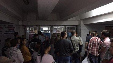 Пассажиров не пускают в метро - фото 1