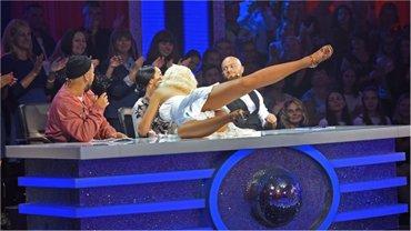 Танці з зірками 2017:поцелуй Оли Поляковой и Катерины Кухар - фото 1