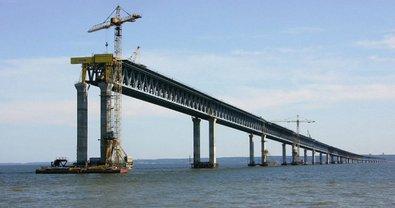 Оккупанты строят мост через Керченский пролив  - фото 1