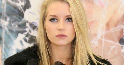 19-летняя Лотти Мосс покорила красотой в ярко-красном платье - фото 1