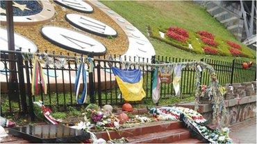На Майдане разбили памятник Героев Небесной сотни - фото 1