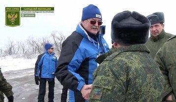 Представитель ОБСЕ радостно поприветствовал боевика во время передачи тел бойцов ВСУ - фото 1
