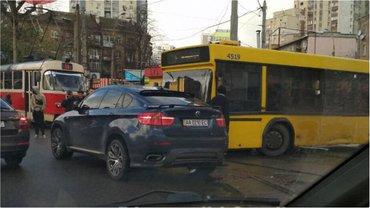 На Лукьяновке водитель BMW устроил пробку - фото 1