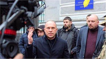 Илья Кива не прикрыто носит огнестрельное оружие - фото 1