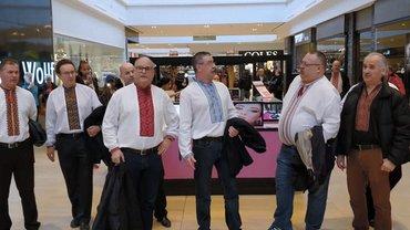 В торговом центре Канады около 20 украинцев в вышиванках спели колядки - фото 1