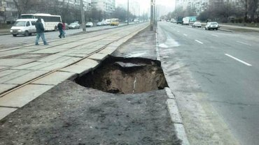 Из-за аварии на Тростянецкой улице остановили движение транспорта - фото 1
