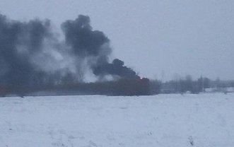 Огонь полыхает в районе военного аэродрома - фото 1