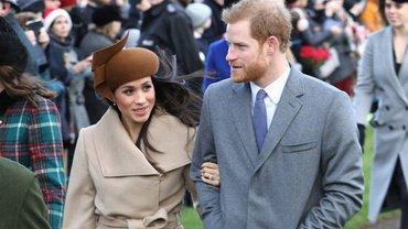Меган Маркл в стильной шляпе и принц Гарри - фото 1