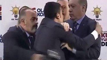 Эрдоган не обрадовался, когда его хотел обнять мужчина - фото 1