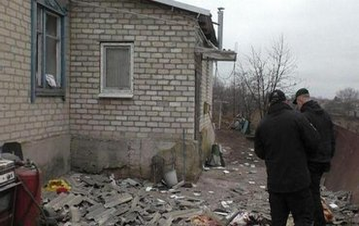 Террористы разрушили больше 100 домов в Новолуганском - фото 1