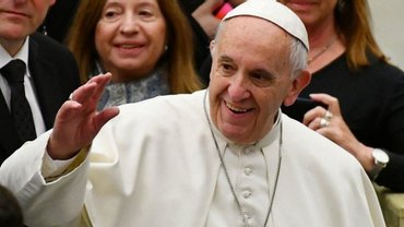 Франциск снова разрешил женщинам кормить при нем грудью - фото 1