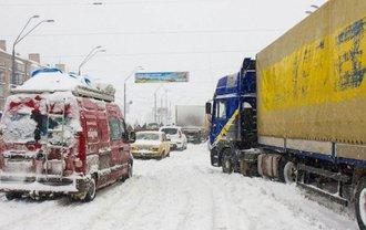 Из-за снегопада ограничено движение грузовиков - фото 1