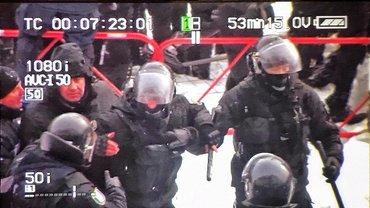 Протестующие нанесли травмы 14 полицейским - фото 1