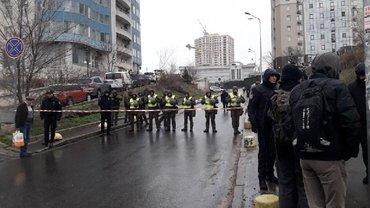 Во Львове полиция пропускает только тех, кто работает в консульстве - фото 1