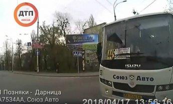 """455 маршрутка в Киеве поехала на """"красный"""" - фото 1"""