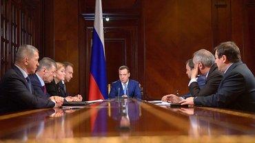 Медведев созвал правительство из-за санкций США - фото 1